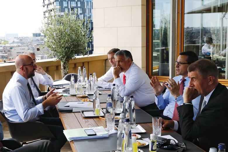 Le président du Conseil européen Charles Michel (à gauche) a négocié avec le Premier ministre hongrois Viktor Orbán (en face) et le Premier ministre polonais Mateusz Morawiecki (à droite) lors du Conseil européen des 17-21 juillet