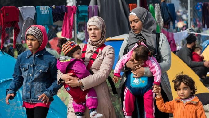 Deux femmes avec leurs enfants dans un camp de réfugiés en Grèce, mars 2016