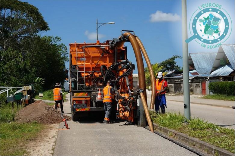 A Saint-Laurent du Maroni, des techniciens procèdent à l'installation du réseau de fibre optique
