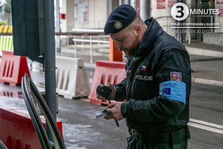 Un policier tchèque détaché auprès de Frontex - Crédits : Frontex