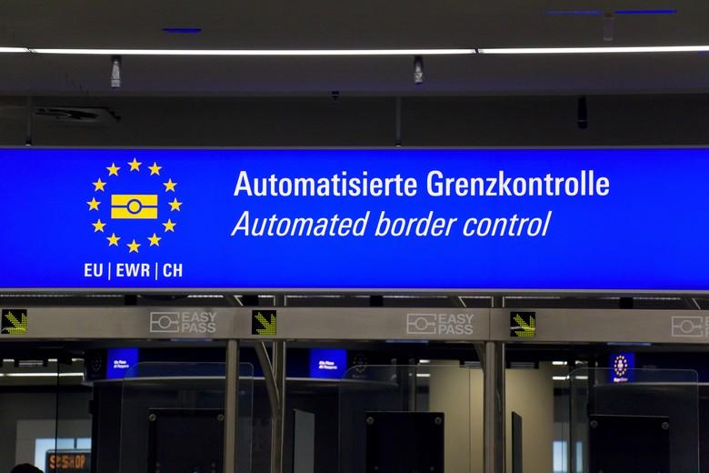 Le système de contrôle automatique aux frontières de l'aéroport de Francfort, en Allemagne, l'un des plus fréquentés d'Europe - Crédits : Wicki58 / iStock