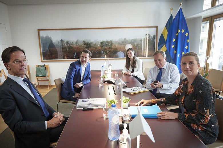 Les dirigeants des quatre pays frugaux et la Première ministre finlandaise lors du Conseil européen de juillet 2020. De gauche à droite : Mark Rutte (Pays-Bas), Sebastian Kurz (Autriche), Sanna Marin (Finlande), Stefan Löfven (Suède) et Mette Frederiksen (Danemark)