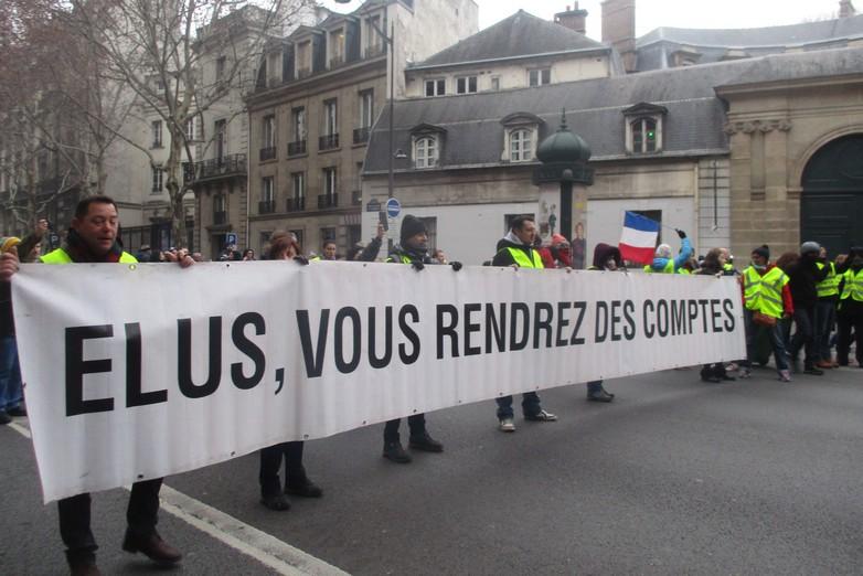 Banderole déployée pendant une manifestation des Gilets jaunes à Paris, le 5 janvier 2019 - Crédits : Bd StGermain Université / Wikicommons