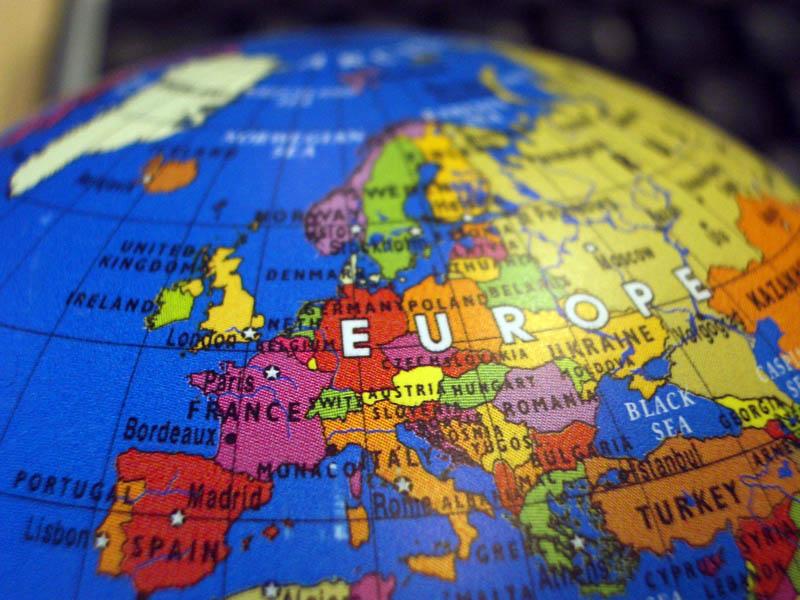 Définie dans le traité de Maastricht en 1992, la politique étrangère et de sécurité commune permet aux Etats membres de l'UE de coordonner leurs prises de position sur un certain nombre de sujets de politique extérieure