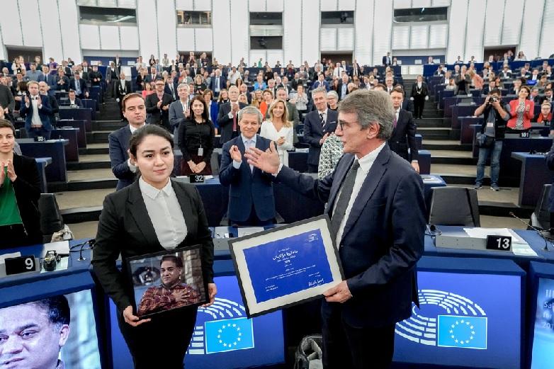 Jewher Tohti reçoit le prix Sakharov pour son père Ilham Tohti