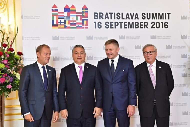 De gauche à droite : Donald Tusk (président du Conseil européen), Viktor Orbán (Premier ministre hongrois), Róbert Fico (Premier ministre slovaque) et Jean-Claude Juncker au sommet européen de Bratislava le 16 septembre 2016 - Crédits : Rastislav Polak / F