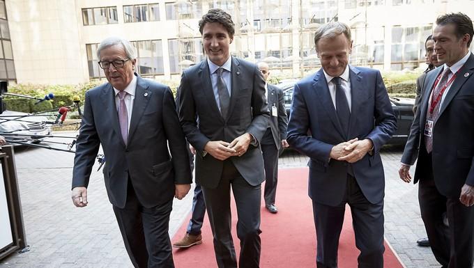 De gauche à droite : Jean-Claude Juncker, Justin Trudeau et Donald Tusk