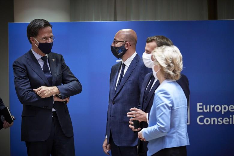 Le Premier ministre néerlandais Mark Rutte (à gauche), chef de file des pays frugaux, entouré du président du Conseil européen Charles Michel (au milieu) du président français Emmanuel Macron et de la présidente de la Commission européenne Ursula von der Leyen (à droite) à l'issue du Conseil européen le 21 juillet
