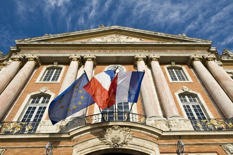 Drapeaux français et européen sur la façade de la mairie de Toulouse