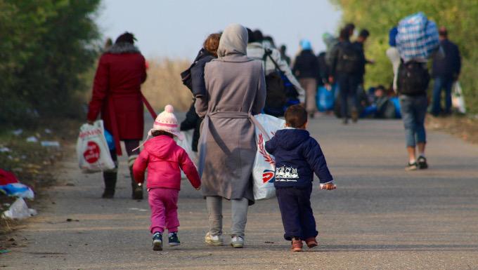 Une mère et ses enfants traversent la frontière