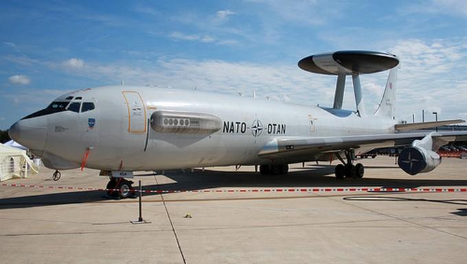 Avion de l'OTAN sur le tarmac