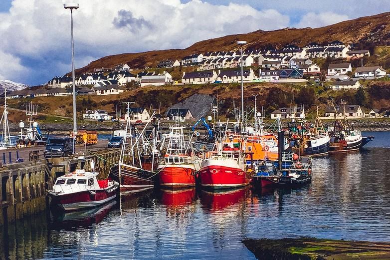 Vue sur un village de pêcheurs en Écosse - Crédits : CasarsaGuru / iStock