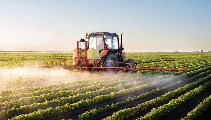 Epandage de pesticides sur un champ de soja