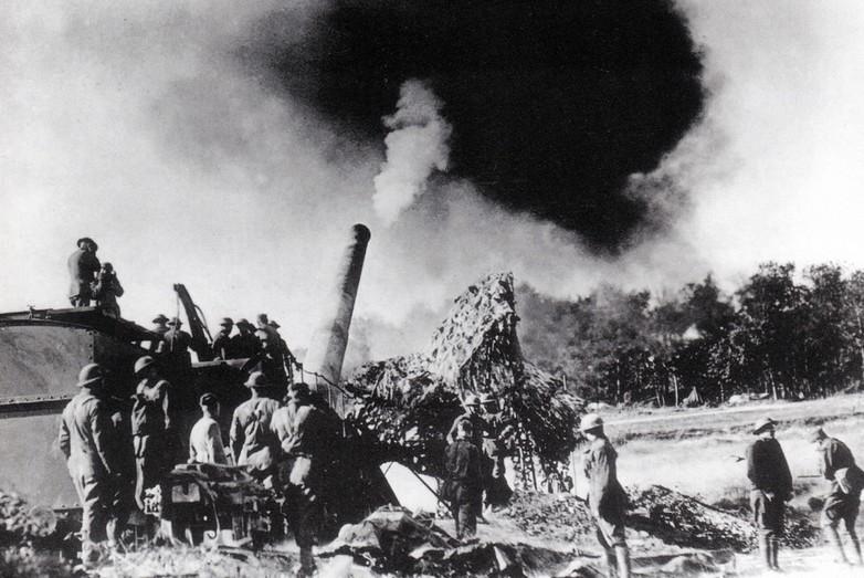 Un canon sur rails tire sur des positions allemandes dans la forêt d'Argonne - Crédits : Archives (Anders / Flickr)
