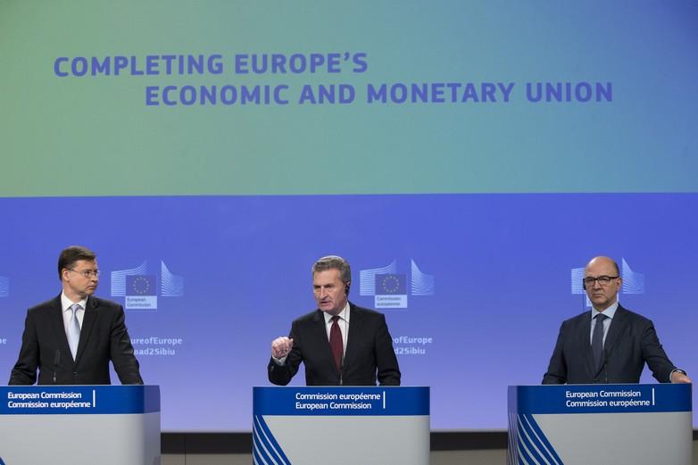 Valdis Dombrovskis, Günther Oettinger et Pierre Moscovici lors de la conférence de presse sur les réformes proposées par la Commission européenne