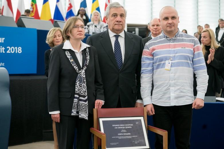 Natalya Kaplan, la cousine d'Oleg Sentsov (à gauche) et son avocat Dmitriy Dinze (à droite) ont représenté le cinéaste lors de la remise du prix par Antonio Tajani, le président du Parlement européen (au centre) - Crédits : Parlement européen / Flickr