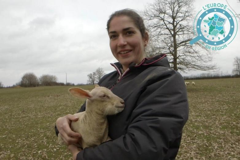 Océane Abry avec un agneau nouveau-né - Crédits : FEADER - Aide à l'installation / YouTube