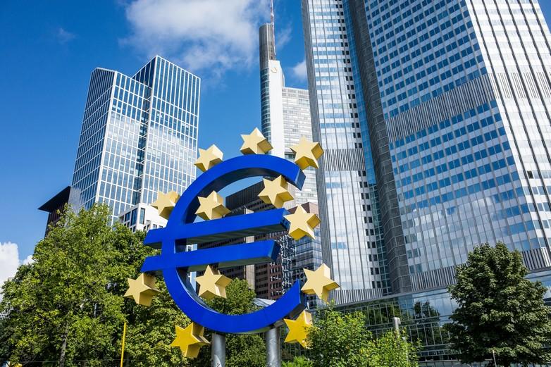 Sculpture du symbole de l'euro, devant la Banque centrale européenne à Francfort (Allemagne) - Crédits : littleclie / iStock