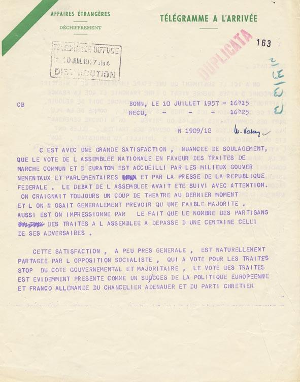 Télégramme concernant les milieux gouvernementaux et parlementaires ainsi que la presse accueillent avec une grande satisfaction, nuancée de soulagement, le vote de l'Assemblée nationale française sur les traités du Marché commun et de l'Euratom. Bonn, 10 juillet 1957.