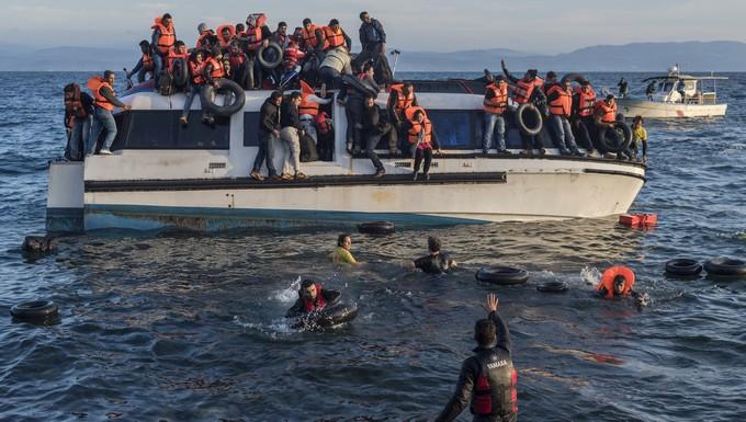 Réfugiés syriens et irakiens arrivant sur l'île de Lesbos en Grèce depuis la Turquie, aidés par les membres d'une ONG espagnole (octobre 2015)