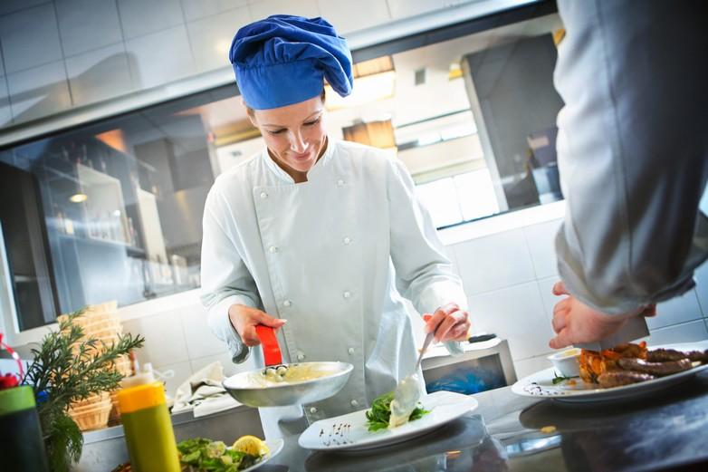 Les restaurateurs sont pour certains enclins à améliorer la qualité nutritionnelle de leur cuisine - Crédits : galixia / iStock