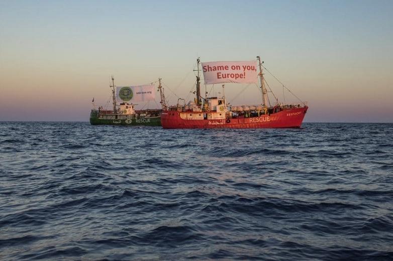 Campagne de communication de Sea-Eye en Méditerranée avec une banderole