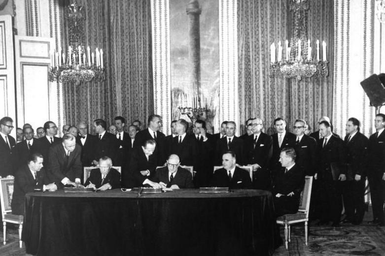 Signature du traité de l'Elysée le 23 janvier 1963 par Konrad Adenauer (gauche) et Charles de Gaulle (droite)