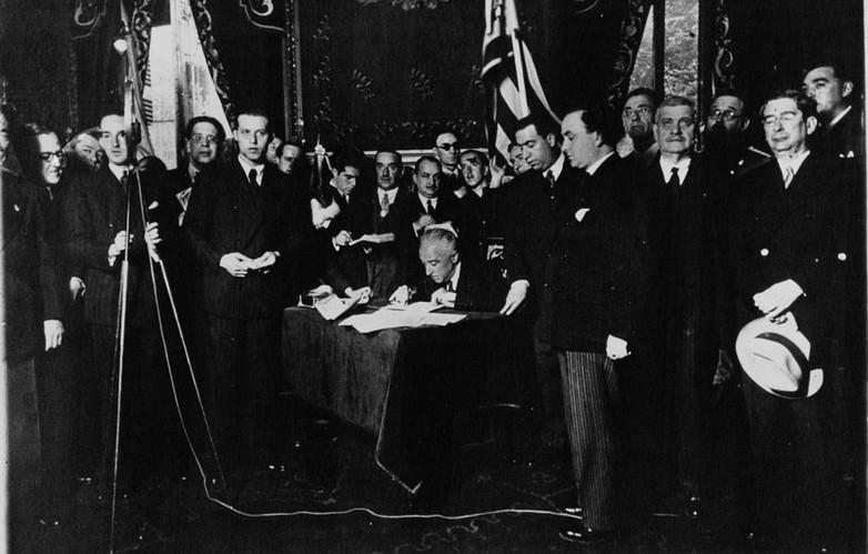 Le président espagnol provisoire Niceto Alcalá-Zamora signant le Statut d'autonomie de la Catalogne en 1932