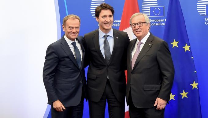 L'ex-président du Conseil européen Donald Tusk, le Premier ministre canadien Justin Trudeau et l'ex-président de la Commission européenne Jean-Claude Juncker lors de la signature du CETA (2016) - Crédits : Jennifer Jacquemart / Commission européenne