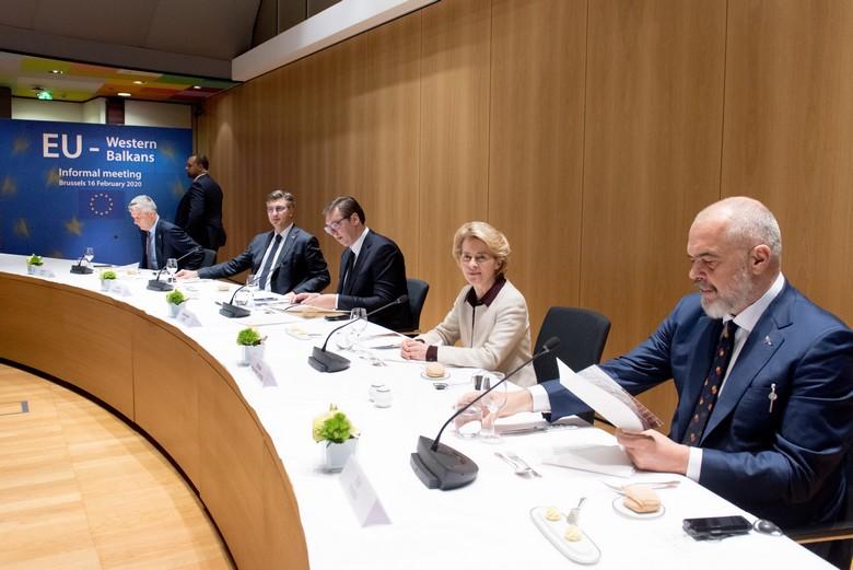 Aujourd'hui accusé de crimes de guerre par la justice internationale, le président kosovar Hashim Thaçi (à gauche) avait rencontré son homologue serbe Aleksandar Vučić (au milieu) lors d'un sommet informel sur les Balkans en février 2020