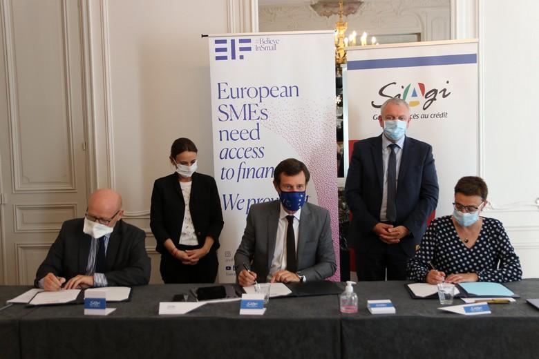 Le président du Fonds européen d'investissement Alain Godard (au centre) signe l'accord de partenariat en compagnie des représentants de la SIAGI et de la Commission européenne
