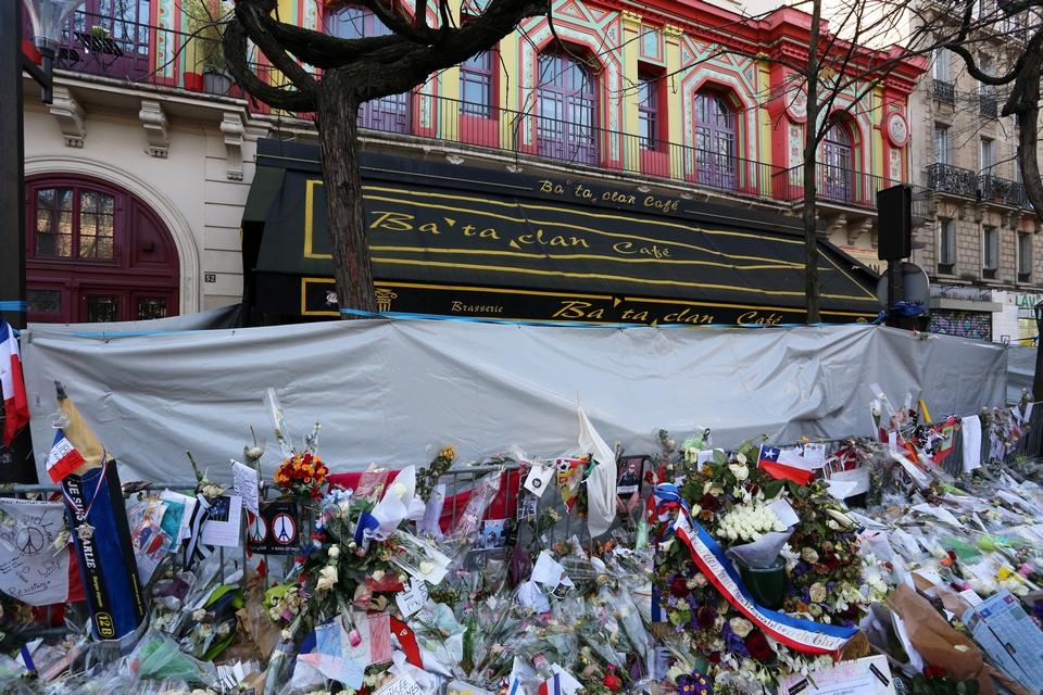 14 décembre 2015 devant le théâtre du Bataclan à Paris, un des lieux des attentats du 13 novembre, ayant coûté la vie à 130 personnes - Crédits : wellesenterprises / iStock