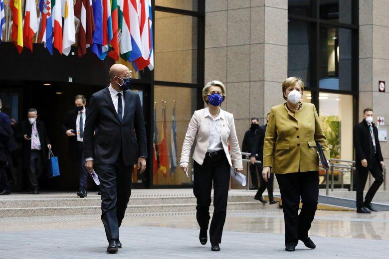 Charles Michel, président du Conseil européen, Ursula von der Leyen, présidente de la Commission européenne et Angela Merkel, chancelière allemande à la tête de la présidence tournante du Conseil de l'UE, sortent tous trois de réunion le 11 décembre 2020 - Crédits : Union européenne