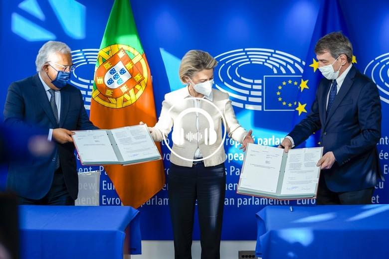 Urusula von der Leyen, Antonio Costa et David Sassoli signent le texte officiel actant le plan de relance européen - Crédits : Daina Le Lardic / Parlement européen