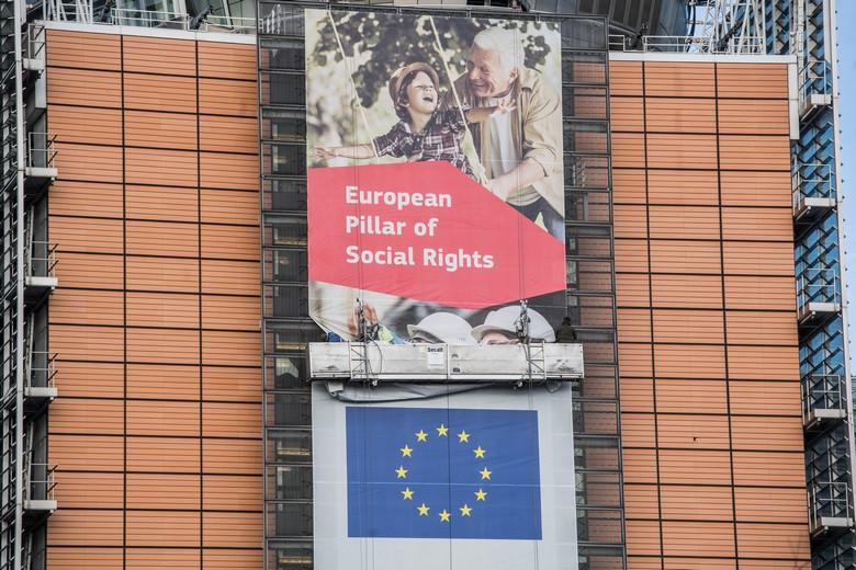 La bannière du Socle européen des droits sociaux ornant le bâtiment du Berlaymont de la Commission européenne à Bruxelles - Crédits : Commission européenne