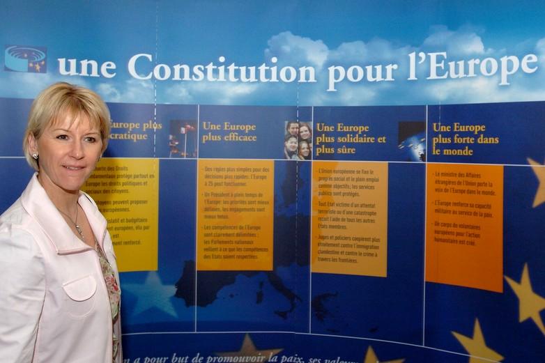 Margot Wallström, vice-présidente de la CE, présentant le projet de constitution européenne en 2005
