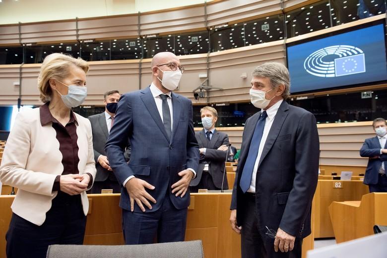 Les présidents de la Commission (Ursula von der Leyen), du Conseil européen (Charles Michel) et du Parlement européen (David Sassoli) lors de la session plénière extraordinaire du Parlement, le 23 juillet 2020 - Crédits : Commission européenne