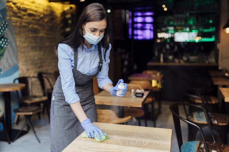 Certains pays européens, comme les Pays-Bas, imposent des mesures strictes comme les fermetures des bars et restaurants afin de lutter contre la hausse des contaminations de Covid-19