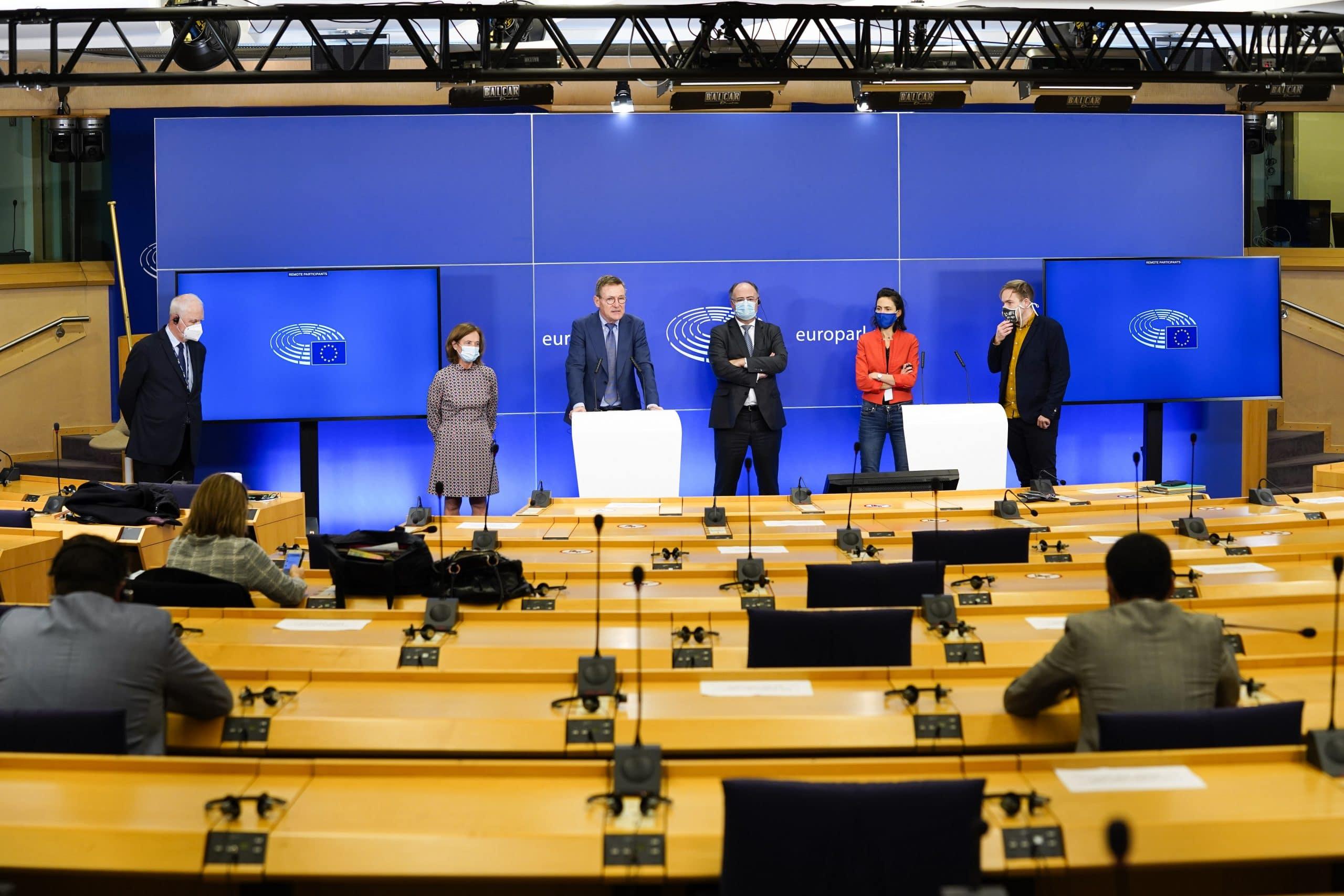 L'équipe de négociation du Parlement européen annonce qu'un accord a été trouvé avec ses homologues de la présidence allemande du Conseil lors d'une conférence de presse le 10 novembre 2020 - Crédits : Daina Le Lardic / Parlement européen