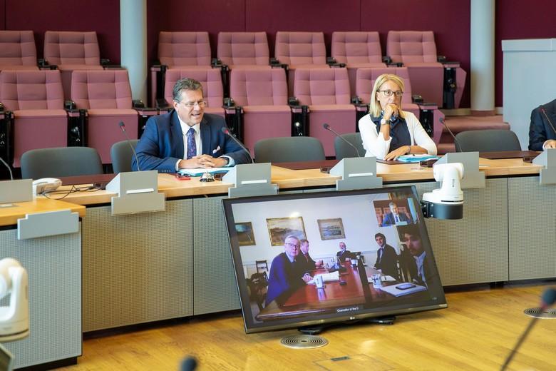 Maroš Sefčovič, vice-président de la Commission européenne, et Michael Gove, ministre d'État britannique, ont annoncé ce mardi 8 décembre un accord sur la question irlandaise, une avancée importante dans les négociations post-Brexit