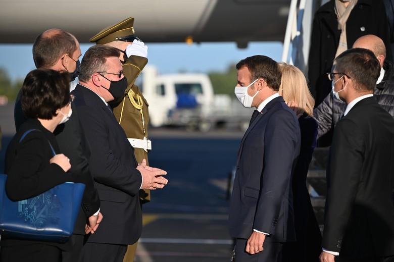 Le président français Emmanuel Macron, en visite en Lituanie et en Lettonie, a été reçu par le ministre lituanien des Affaires étrangères Linas Antanas Linkevičius à son arrivée à Vilnius lundi 28 septembre