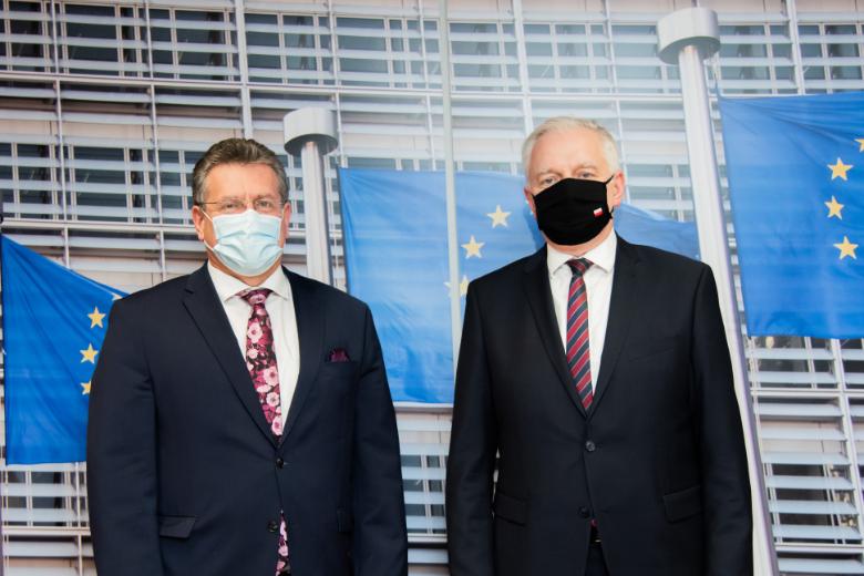 Le vice-Premier ministre polonais Jarosław Gowin (à droite) s'est rendu à la Commission européenne jeudi 3 décembre où il a notamment échangé avec Maroš Šefčovič (à gauche) commissaire chargé des Relations interinstitutionnelles