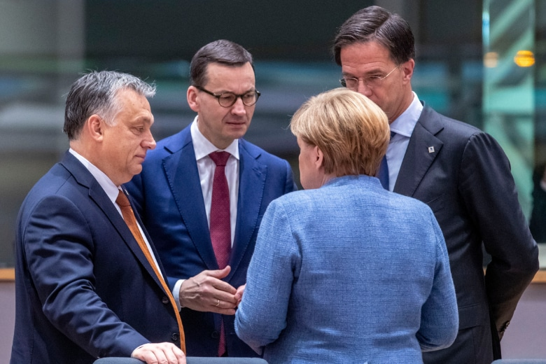 De gauche à droite : Viktor Orbàn, Premier ministre hongrois, Mateusz Morawiecki, Premier ministre polonais, Mark Rutte, Premier ministre des Pays-Bas et Angela Merkel, chancelière allemande