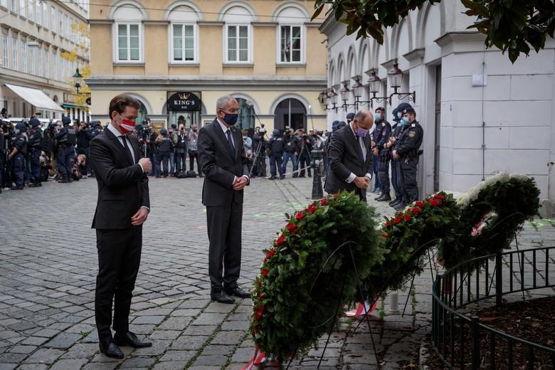 Le chancelier et le président autrichiens,  Sebastian Kurz et Alexander Van der Bellen, ont rendu hommage mardi 4 novembre aux victimes de l'attaque terroriste de Vienne