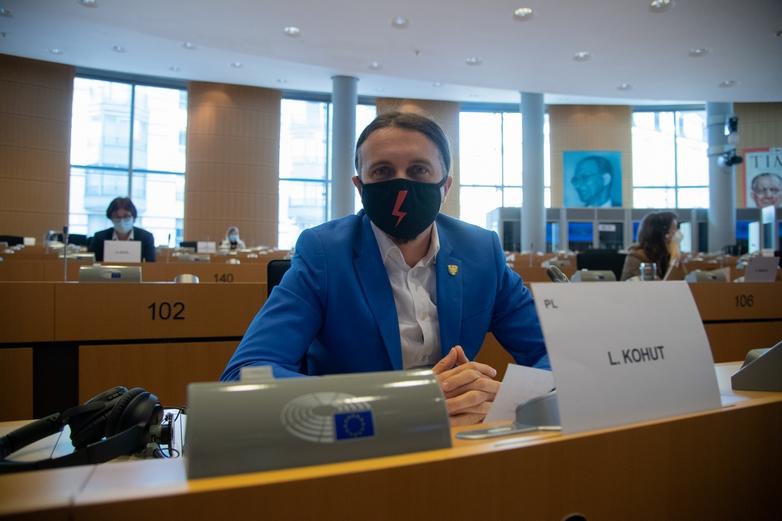 En soutien au mouvement en faveur du droit à l'avortement dans son pays, l'eurodéputé polonais Łukasz Kohut (Printemps, centre gauche) portait un masque noir orné d'un éclair rouge mercredi 24 février au Parlement européen - Crédits : Riccardo Pareggiani / Parlement européen