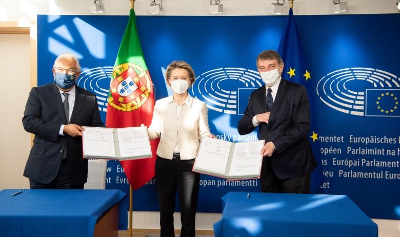 Le Premier ministre portugais António Costa (à gauche) en compagnie des présidents de la Commission européenne Ursula von der Leyen (au centre) et du Parlement européen David Sassoli (à droite) lors de la cérémonie de signature de la facilité pour la reprise et la résilience