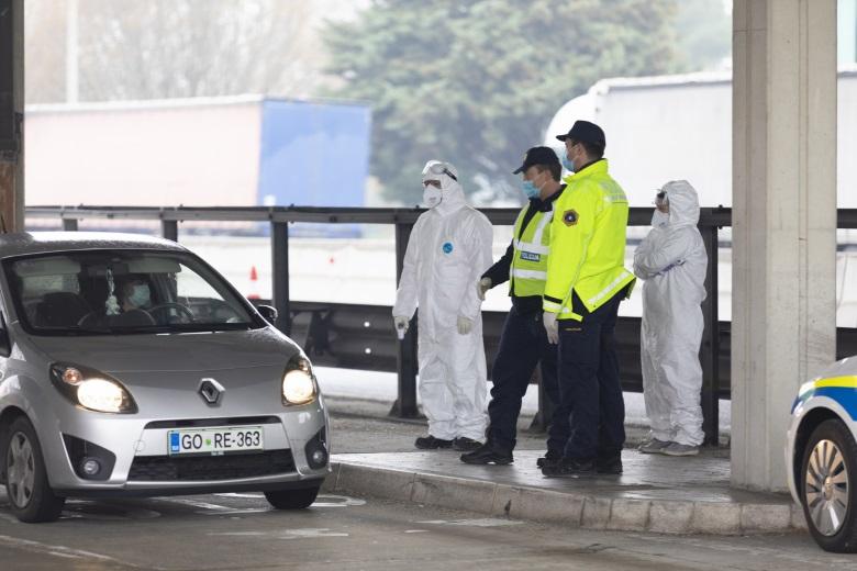De nombreux Etats membres ont rétabli des contrôles à leurs frontières, renouant pour certains avec la situation de mars 2020, comme ici à la frontière entre l'Italie et la Slovénie