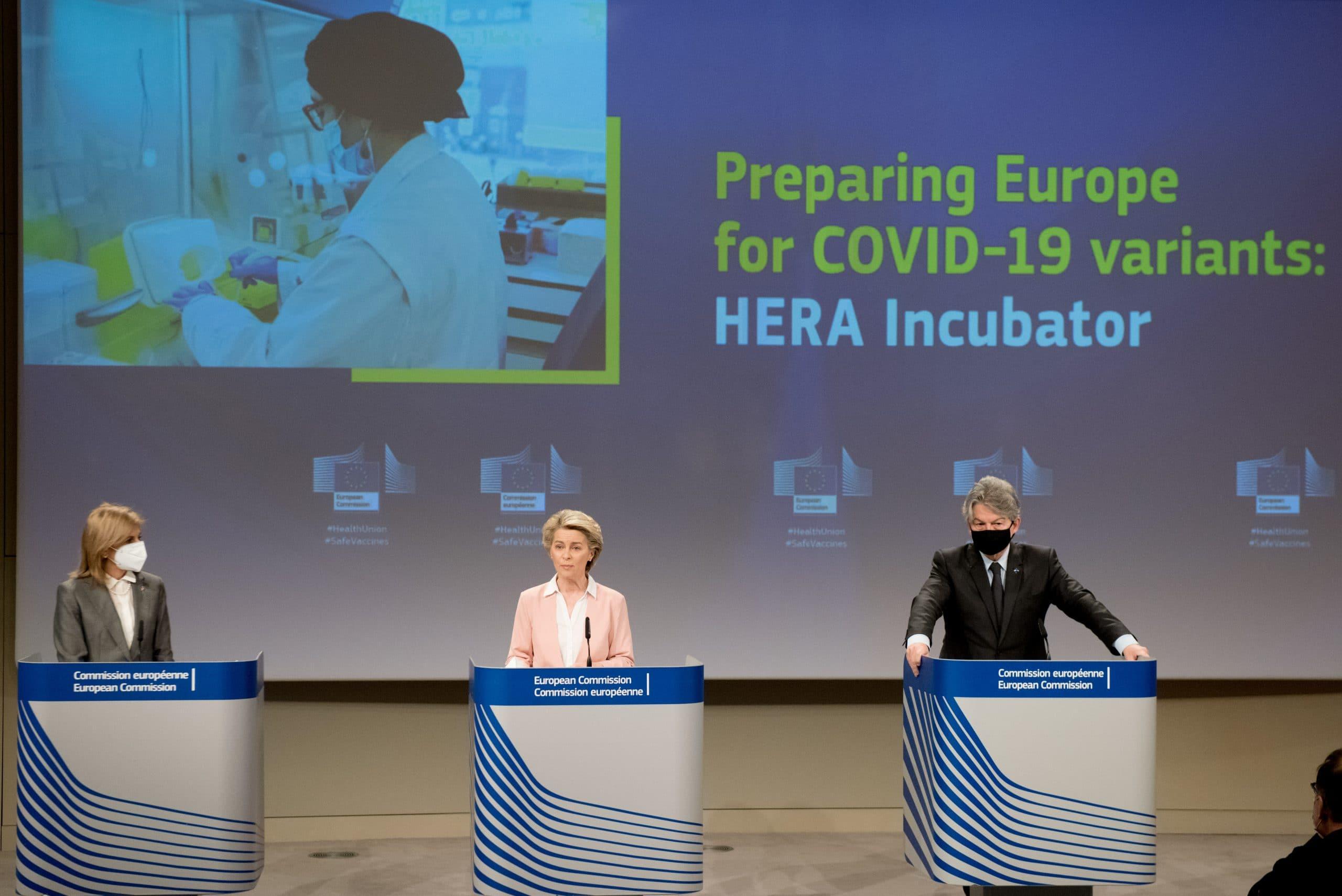 La commissaire européenne à la Santé Stella Kyriakides, la présidente de la Commission Ursula von der Leyen et le commissaire européen à l'Industrie Thierry Breton ont présenté mercredi la nouvelle stratégie vaccinale de l'UE