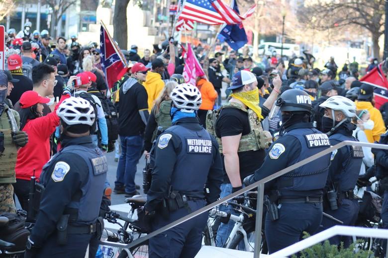 Plusieurs milliers de supporters du président américain sortant Donald Trump ont marché sur le Capitole à Washington. Parmi eux, des membres du groupe d'extrême-droite Proud Boys, ici en manifestation le 12 décembre 2020