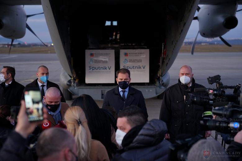 Début mars, le Premier ministre Igor Matovič avait accueilli les premières doses du vaccin russe Spoutnik V à l'aéroport de Košice - Crédits : Gouvernement slovaque
